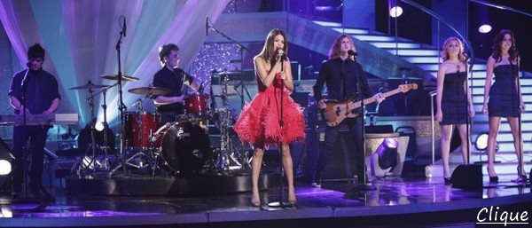 . 5 Avril > Selena a performé, comme prévu à l'émission version américaine de Danse Avec Les Stars... .  + d'autres photos de Selena avec Josh Duhamel entre autre aux KCA...  .