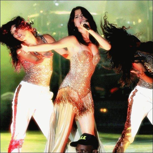 28 juillet : Le tout premier concert du We Own The Night Tour ♪  Selena vêtue d'une nouvelle tenue de scène assure le 1er concert de sa tournée à Boca Raton en Floride.