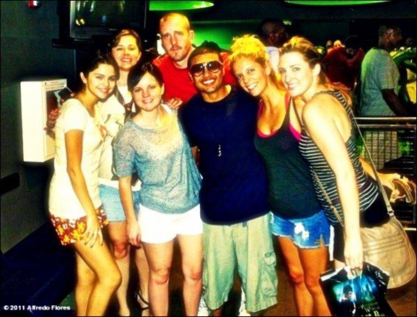 29 juillet : La journée détente entre ami/famille. ❥  Sel' est allée dans un parc d'attraction et a été vue à la piscine de son hôtel toujours en Floride.