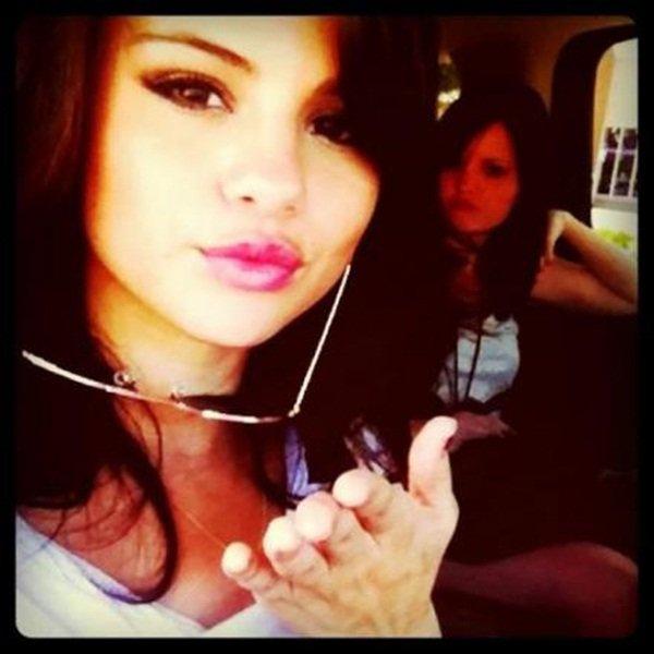 Instagram time. ❥  Selena à posté plusieurs photos d'elle et des amis, on peut voir Alfredo Flores, et à posté ce message sur Facebook. ↓