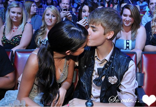 Teens Choice Awards. ❥  Selena, plus sublime que jamais etait au TCA's. Elle à posé seule, puis avec son groupe & la magnifique Demi Lovato. ♥