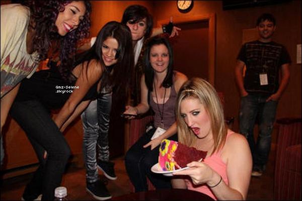 . 06.09.2011 : _______Photos personnelles de Selena Gomez avec des amis à elle. (Désolé pour la mauvaise qualité de l'image !).. .