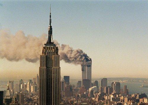 Grosse pensée aux familles, aux blessés, aux victimes du 11 Septembre 2001.  C'est triste et malheureux de voir que l'atrocité est SI présente en ce monde.