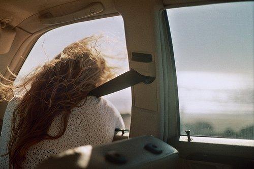 La musique sentimentale a le don de vous ramener en arrière tout en vous poussant en avant, de sorte qu'on ressent à la fois de la nostalgie et de l'espoir.