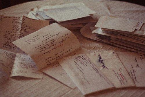 J'écris sur ta présence. J'écris sur ton absence. J'écris sur ta présence absente. C'est ainsi lorsqu'on est disparu.