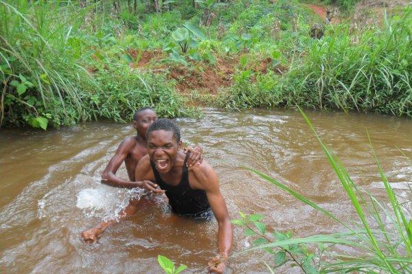 la nage dans une rive de mon village