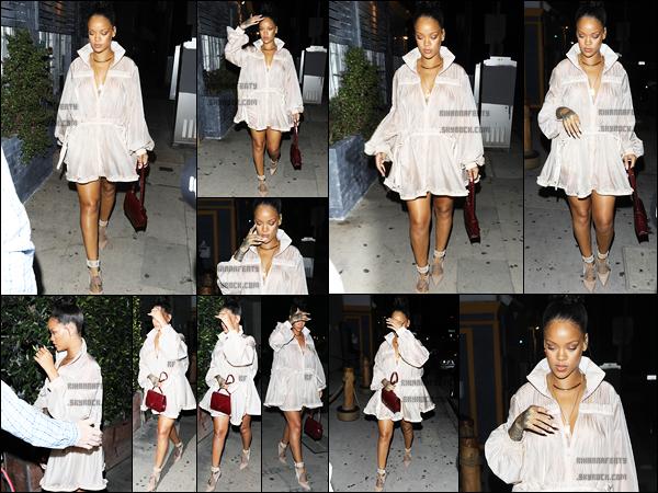 """- 12/07/2017 : Rihanna à été aperçue arrivant au restaurant """"Giorgio Baldi"""" à Los Angeles Concernant la tenue, la miss portait une robe beige, TOP. -"""