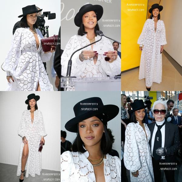 """16/06/2017 : Rihanna s'est rendue à la fondation """"Louis Vuitton"""" à Paris, France afin d'y décerner un prix ! Concernant la tenue, la magnifique barbadienne portait une jolie robe blanche avec un superbe chapeau noir, TOP !"""