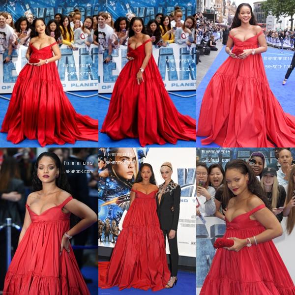 """- 24/07/2017 : Rihanna s'est rendue à l'avant première de """"Valérian et la ville des mille planètes"""" à Londres ! Concernant la tenue, la magnifique barbadienne portait une sublime robe rouge mais malheureusement elle ne lui va pas très bien, il y a du monde au balcon.. BOF ! -"""