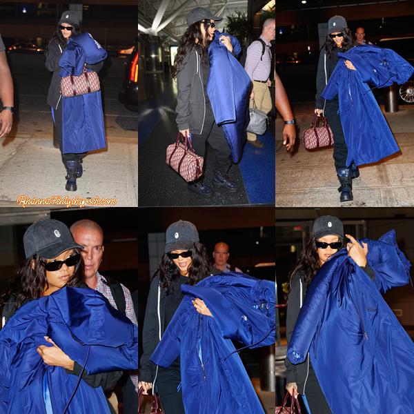 - 17/09/2017 : Rih' repérée prête à prendre l'avion à l'aéroport JFK à New-York Rihanna est trop mignonne, petit plus pour sa casquette, top. -