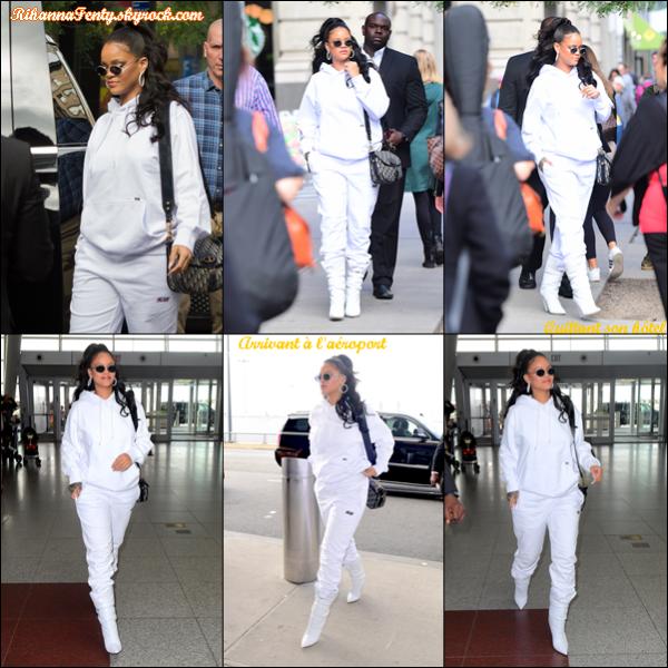- 14/10/2017 : Rihanna a été photographiée entrain de quitter son  hôtel  et arrivant à l'aéroport  JFK  à N-Y. Riri est toute mignonne en étant toute habillée de blanc dans une tenue classique mais agréable, top. -