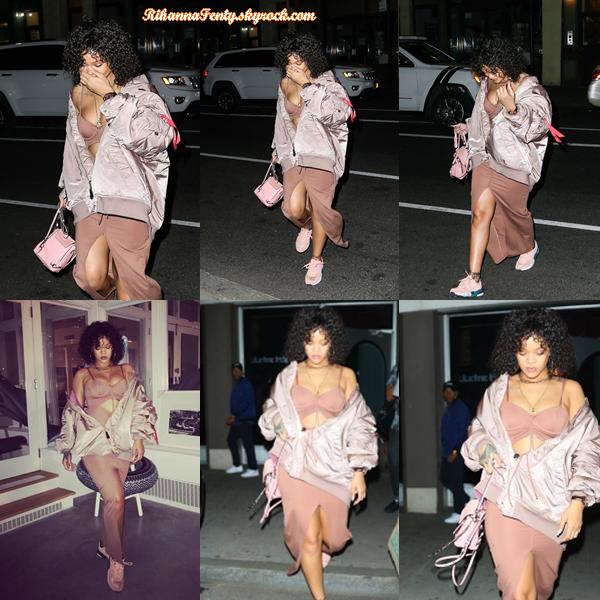 - 21/10/2017 : Rih' a été aperçue plus tard dans la journée en train de se rendre à une  session studio  à N-Y. La miss se cache dans une tenue entièrement rose que l'on ne voit pas vraiment, étant en mouvement -