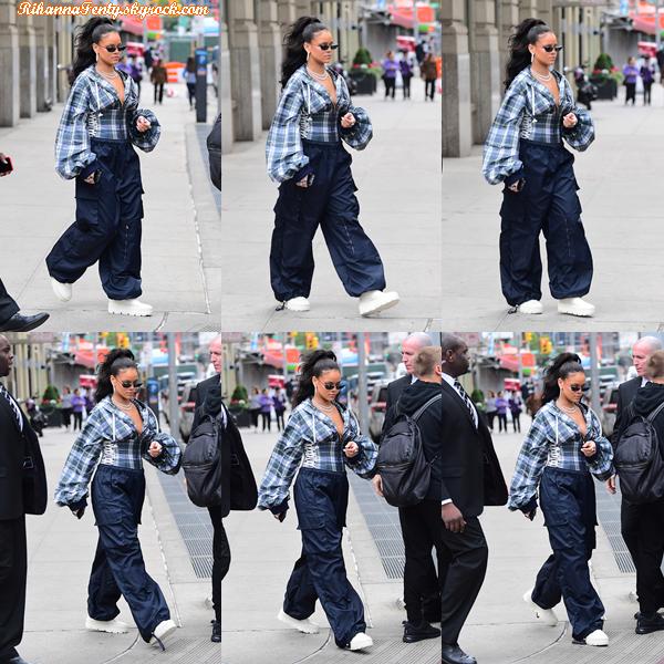 - 13/10/2017 : Rihanna a été aperçue entrain de se rendre au  Pep Raily  à New York City. Miss Rihanna reste vraiment jolie dans une tenue basique, top pour ma part. -