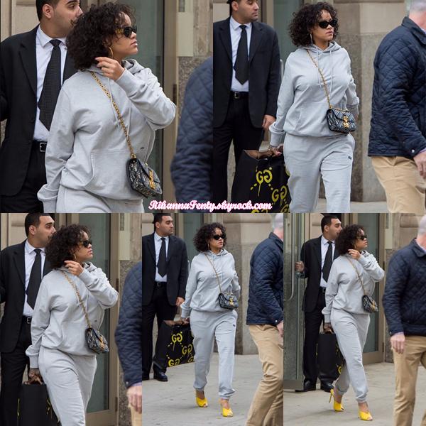 - 26/10/2017 : Rihanna a été photographiée entrain de se promener à New-York. La belle métisse semble adorer cette coiffure puisqu'elle la garde, petit top. -
