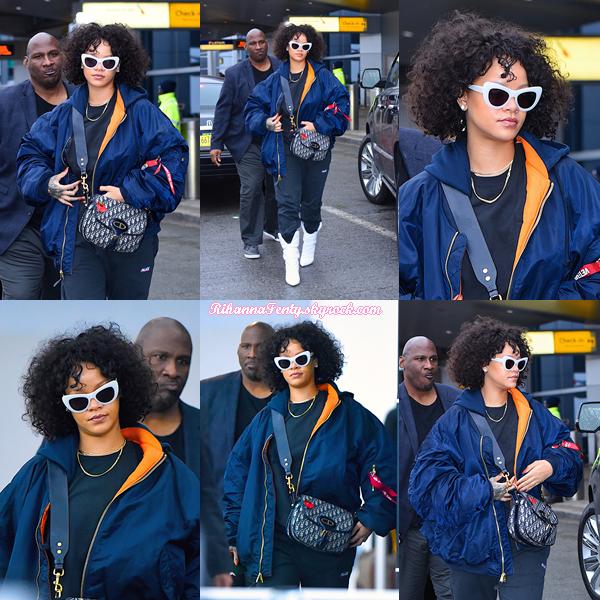 - 05/11/2017 : Rihanna a été photographiée à l'aéroport JFK de New-York. La queen est juste magnifique, je suis fan de la tenue c'est un gros top ! -