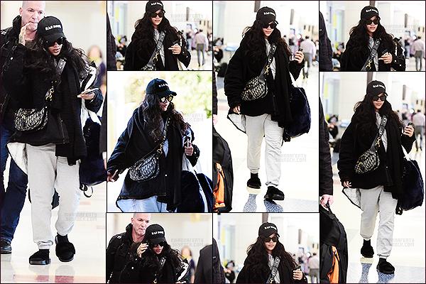 [align=center][c=#EDBA3B][size=8px]-[/size][/c][/align] [align=center][size=12px]27/11/2017 : [b]Rihanna[/b] a été aperçue arrivant à l'aéroport [b]JFK[/b] de [b]New-York[/b].[align=center][c=#EDBA3B][size=8px]-