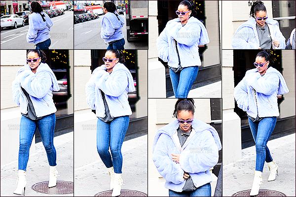 [align=center][c=#EDBA3B][size=8px]-[/size][/c][/align] [align=center][size=12px]08/12/2017 : [b]Rihanna[/b] a été photographiée se promenant dans les rues de [b]New-York[/b].[align=center][c=#EDBA3B][size=8px]-