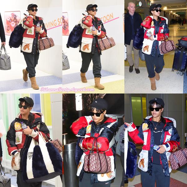 - 21/01/2018 : Rihanna a été photographiée à l'aéroport JFK de New-York. Un gros top en vue pour la miss qui est juste resplendissante même avec un jogging, je suis juste fan ! -