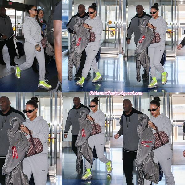 - 27/02/2018 : Rihanna était aperçue à l'aéroport JFK de New-York. La miss optait pour une tenue très confortable et cool, petit top ! -
