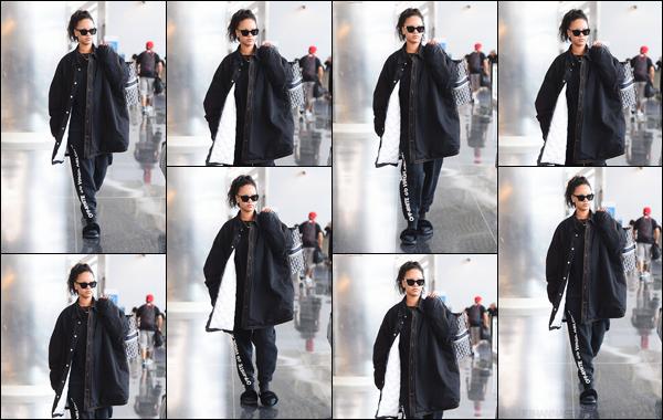 - 04/05/2018 : Rihanna a été photographiée lorsqu'elle quittait l'Aéroport international JFK à New York. -