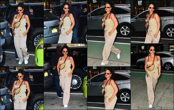 - 04/05/2018 : Rihanna a été photographiée alors qu'elle se promenait dans les belles rues deNew York. -