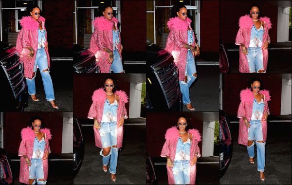 - 05/05/2018 : Rihanna a été photographiée alors qu'elle était en train de quitter son hôtel àNew York City. -