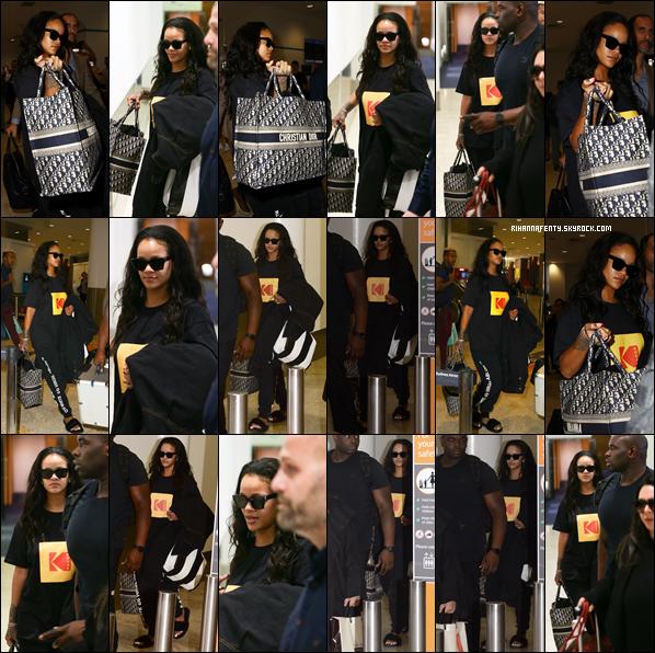 - 02/10/2018 : Rihanna à l'aéroport international de Sydney en Australie. Une tenue qui se justifie pour le confort d'un vol, j'aime beaucoup sa tenue !  -