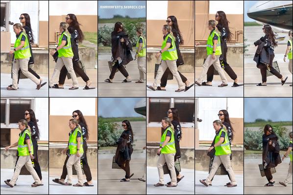 - 03/11/2018 : Rihannaa été photographiée alors qu'elle était àl'aéroport de la Barbade. Rihanna portait une tenue très décontractée suite à son vol ! -