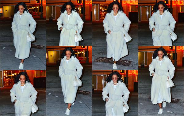 - 01/02/2019 : La sublimeRihannaa été photographiée alors qu'elle était dans les belles'rues'de'New York City. Première sortie de Février pour Rihanna ! Côté tenue, Rih' portait une tenue contenant du bleu clair ! J'aime bien, je lui accorde un top ! -