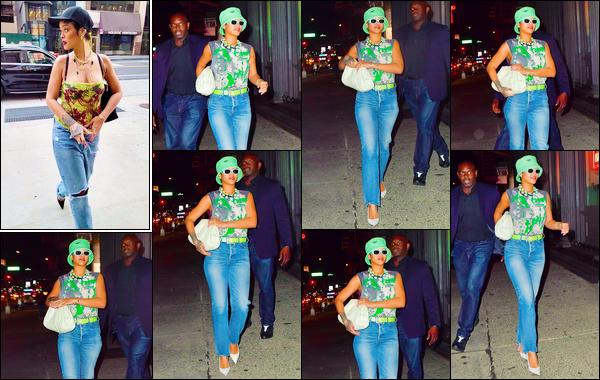 - 07/07/2021 : Rihanna Fenty a été photographiée alors qu'elle se baladait dans les grandes rues de New York.  -