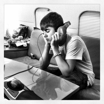 Justin en un avión