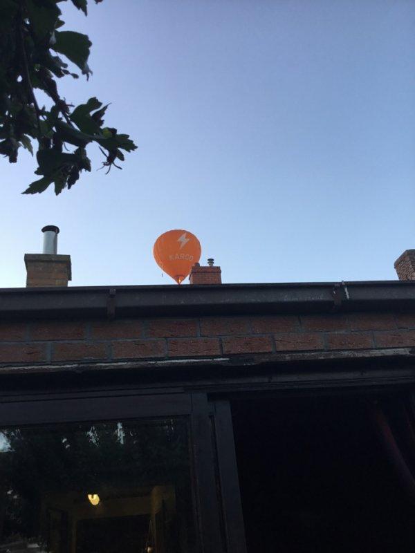 mongolfière au dessus de la maison un jour la semaine dernière
