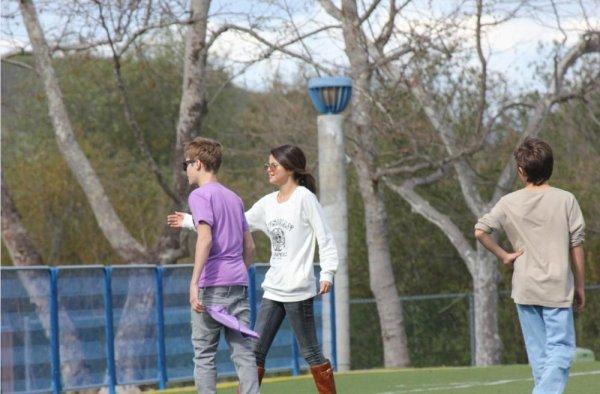 """Justin Bieber et Selena Gomez jouent au """"Foot"""" (soccer) avec des enfants dans un parc, Exclusivité skyblog pour Justinbieber-Life.sky."""