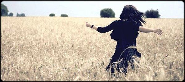 """- Le pathétique mélo drame de ma vie se résume donc à Toi* Songe d'une nuit d'été .. Après que l'on se soit déchirés. - __________Il ne reste qu'à nous d'avancer. Seulement, mon pied trébuche sans cesse sur nos méprisances.__________ __________Regarde-nous : incapable d'avoir mal pour l'autre mais tellement perdu sans lui. Explique-moi pourquoi__________ __________ça semble ne pas t'affecter. Pourquoi j'entends pourtant dire que tu en souffres. """" You love me too?"""" ..:__________ __________Cette question qui te tient tant à coeur et à laquelle je n'ai sincèrement, aucune réponse. Si je pars ;__________ __________seras-tu perdu ? La jalousie m'a blasé. Plus que tout, plus que jamais. J'ai essayé de croire qu'on ne s'en__________ __________voudrait pas mais regarde par toi-même : tombé de ton piédestal, tu ne t'en relèves pas. Déçu tant de__________ __________fois, je ne reprends plus confiance. Il n'y a plus que les souvenirs d'un été pour nous rappeller qu'il y a eu__________ __________des jours heureux. Je te promets de continuer à y croire..un peu._______Ne m'en veut pas. -"""