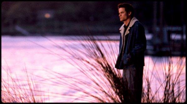 - Le Temps d'un Automne - _________________________« L'amour est toujours passionné et désintéressé. Il n'est jamais_________________________ _________________________jaloux. L'amour n'est ni prétentieux, ni orgueilleux. Il n'est_________________________ _________________________jamais grossier, ni égoïste. Il n'est pas colérique et il n'est pas_________________________ _________________________rancunier. L'amour ne se réjouit pas de tous les péchés d'autrui_________________________ _________________________mais trouve sa joie dans l'infinité. Il excuse tout. Il croit tout._________________________ _________________________Il espère tout et endure tout. Voila ce qu'est l'amour. » - ____________- J'ai mes croyances, j'ai la foi mais toi non ? _______________________________________- Non, non. Il y a trop de merde qui arrive dans le monde. ____________- Mais sans souffrance, il n'y aurait pas de compassion. _______________________________________- Ouais bah va dire ça à ceux qui souffrent.  _________________________________________________________________________________________________Extraits du film