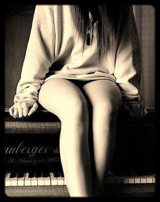 Et derrière ton sourire, je vois déjà trop de larmes. - « Elle se sent si seule, si laide si elle gueule et s'isole, c'est qu'elle s'est demandée de l'aide, entre autre. Elle fait partie de ces filles mal dans leur peau, ses yeux qui les fusillent pour quelques kilos en trop. Ses yeux qui le gruge, lui font croire qu'elle est difforme, tous ces regards qui la juge, qui l'on rendu non conforme. Elle ne cherche plus a plaire. Bêtement elle cache ses rondeurs derrière ses larges vêtements. Peu féminine, complexé par son physique devant ces magazines et ces filles anorexiques. Son poids est un crime. Terrifiée par la foule, elle multiplie les régimes afin d'entrer dans le bon moule. » _______________________________________________________________________________________________Tunisiano - Le regard des gens