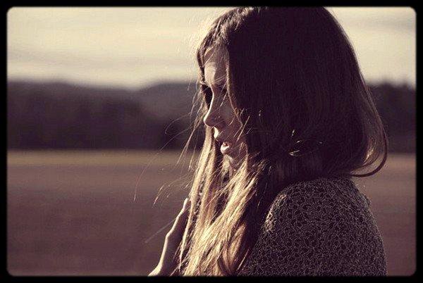 - « C'est la vie qui me passe à travers. Transparente pour tous. Le bonheur qui ne manque pas d'air et moi qui étouffe. Et j'arrête avant la fin. J'arrête, la vie va trop loin. Il suffira de presque rien pour enfin me sentir bien. » ___________________________________________________________________________________Lorie - Histoire sans faim