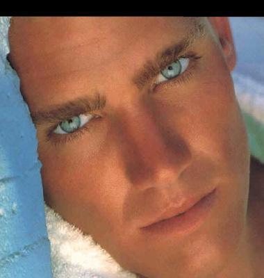 Il a les yeux bleus comme l'océan, alors pourquoi m'empêcher de m'y noyer si je ne peux cesser de l'aimer.