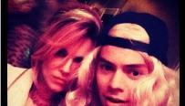 Harry Styles, sexy, passe du brun au blond !