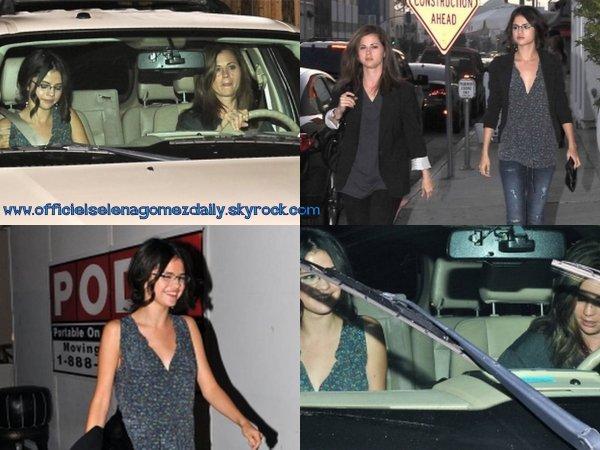 Selena sortant d'un restaurant