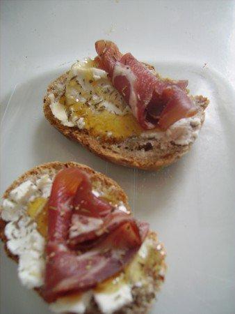 mini-omelette aux lardons et gruyère à notre façon.. à la campagnarde... sur tranche ( pain de campagne )
