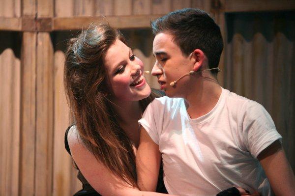 """La semaine dernière, Georgie a interprété le rôle principal dans une pièce de théatre nommée """"We will rock you"""". Elle est adorable sur ces clichés !"""