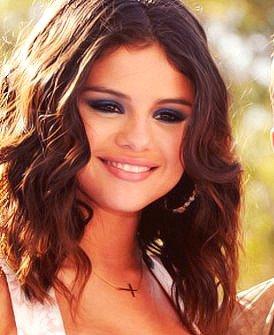 Laisse toi ensorceler par Selena Gomez.