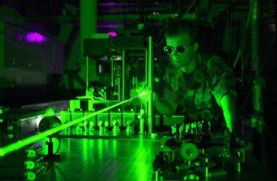人間の目は色の緑に最も敏感であるため、緑色のレーザーポインター
