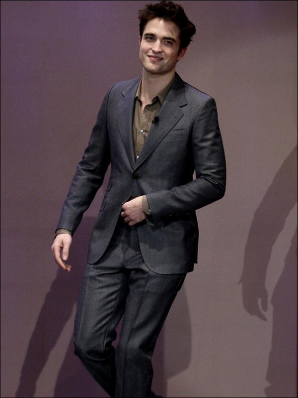 """Robert Pattinson arrivant au """"Tonight Show"""" (une célèbre émission américaine) ce vendredi 18 Mars ..."""