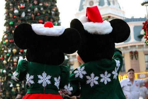 Noël est là, ce joyeux Noël, des cadeaux plein les bras, qui réchauffe nos coeurs et apporte la joie. Jour des plus beaux souvenirs, plus beau jour de l'année.
