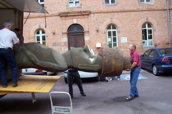 Tranfert d'un moai de Bordeaux (exposition 1996) à Albi (exposition 2005)