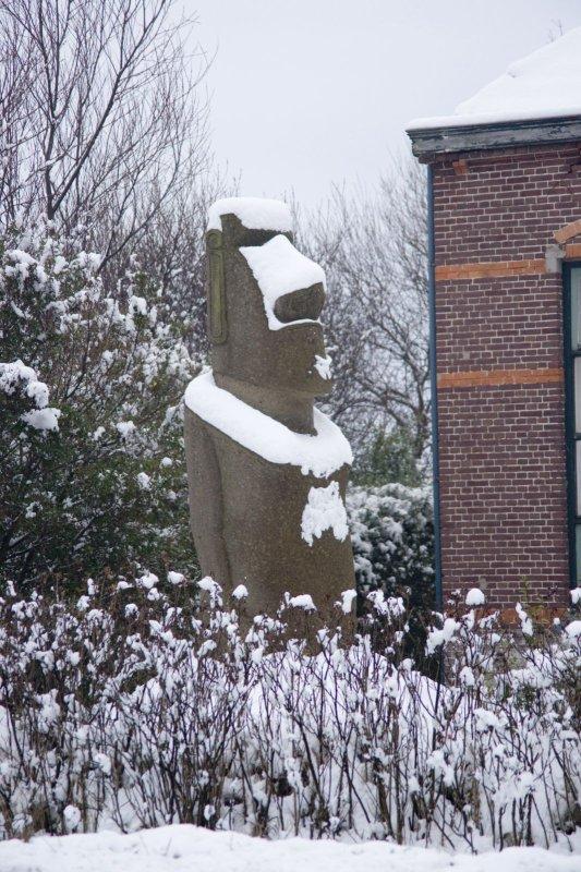 moai enneigé de Texel (Pays-Bas)