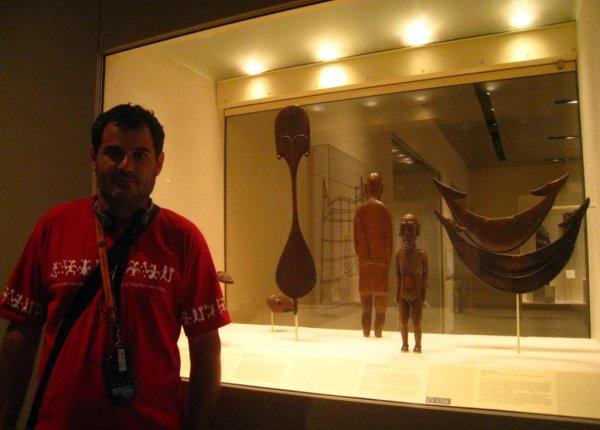"Jean-Roch Moreau (avec le polo de circonstance !) devant la vitrine ""Rapa Nui"" (13/08/2011)"