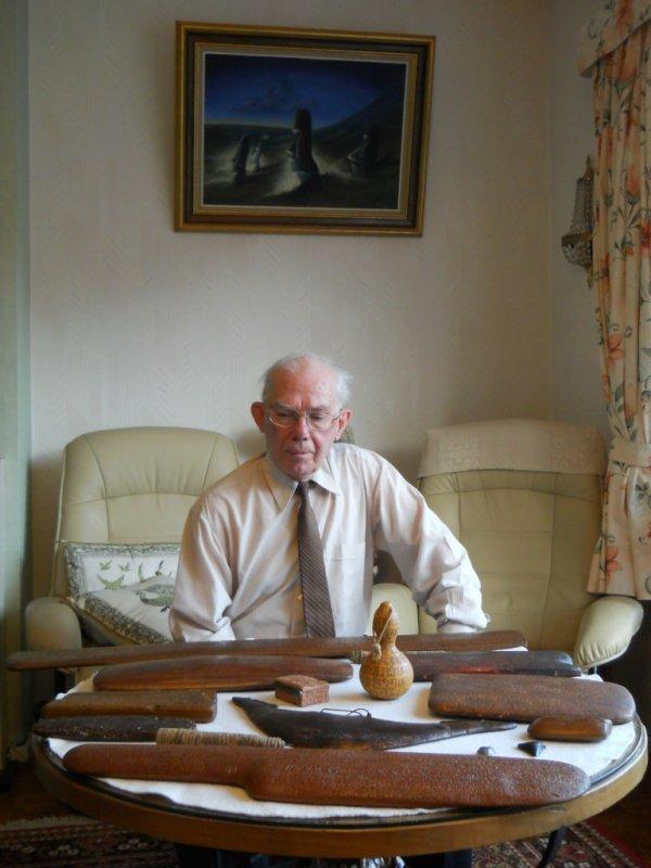 Te Pito devant ses copies de tablettes rongo rongo (06/12/2011)